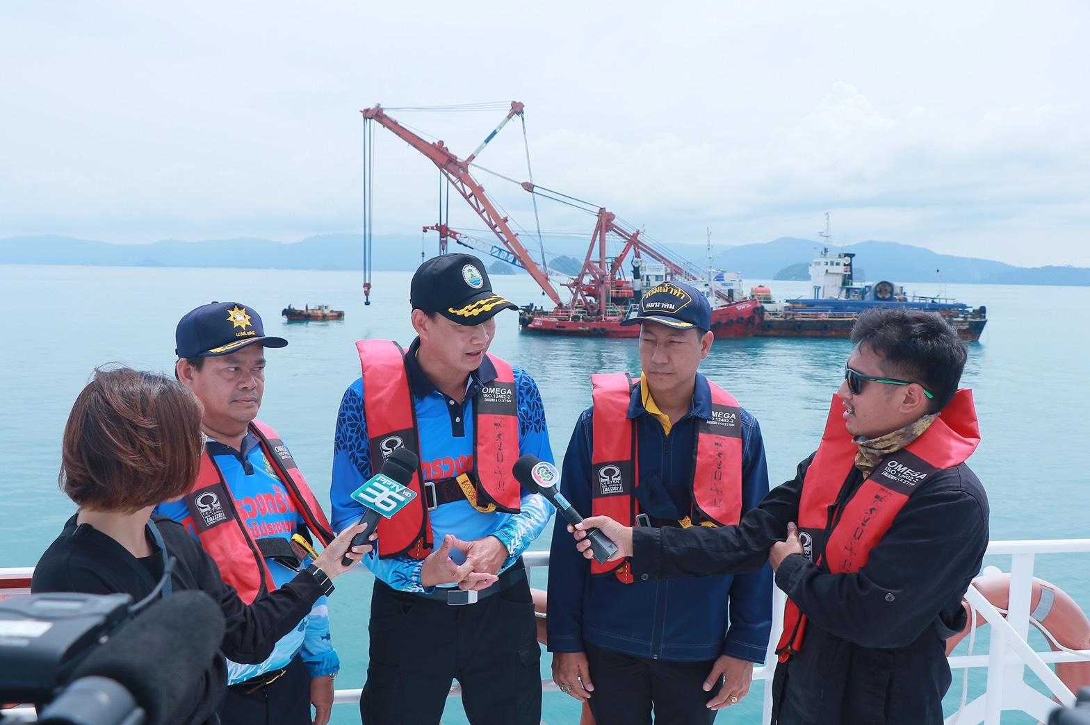 อธิบดี ทช. นำคณะสื่อมวลชนลงพื้นที่ติดตามแผนการกู้เรือเฟอร์รี่ล่ม ที่เกาะสมุย จังหวัดสุราษฎร์ธานี